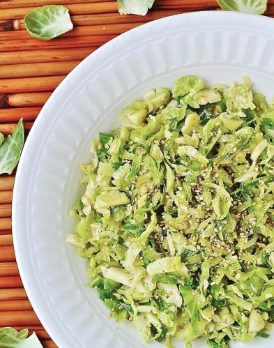 Émincé de choux de Bruxelles au sésame / minced Brussels sprouts with sesame seeds