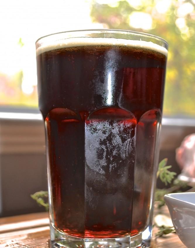 Verre de bière brune