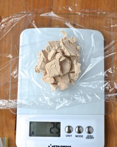 Faire des paquets de 25 g de levure fraîche (peser)