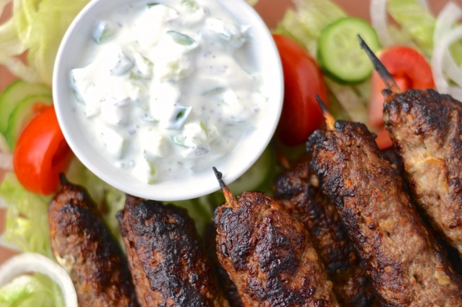 Kebabs d'agneau et raita à la menthe - Lamb kebabs and mint raita