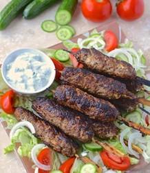 Kebabs d,agneau et raïta à la menthe --- Lamb kebabs and mint raita