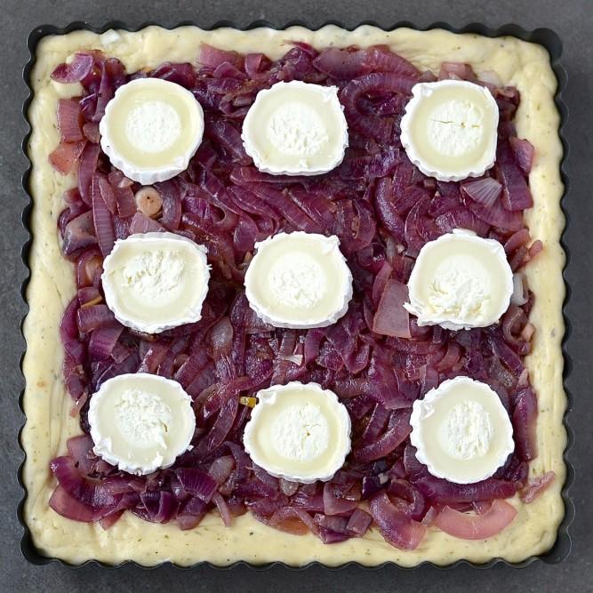 Pizza à l'oigon rouge et au chèvre, pâte aux herbes de Provence - Red onion and goat cheese pizza with herbes de Provence crust
