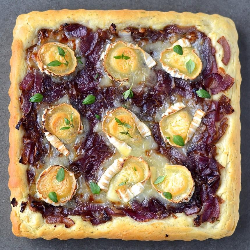 Pizza àa l'oignon rouge caramélisé et au chèvre - Caramelized red onion and goat cheese pizza