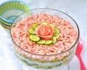 Salade de riz et crevettes comme un maki géant
